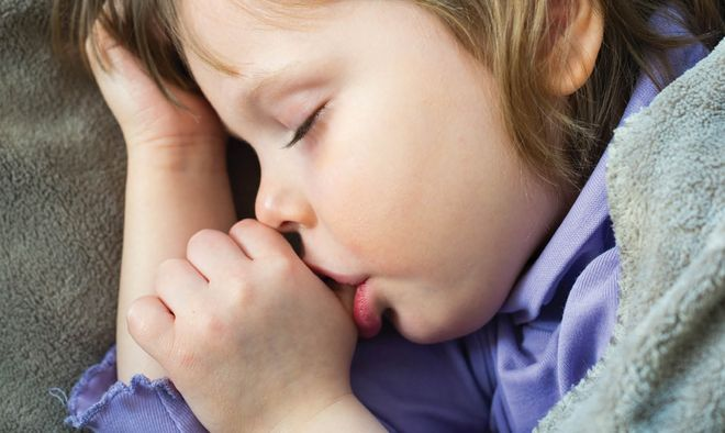 bé mút tay khi ngủ