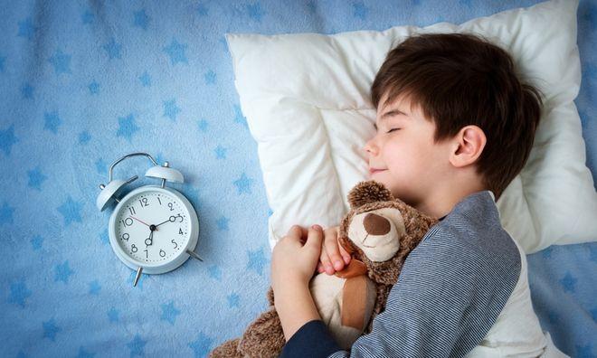 bé trai ôm gấu bông ngủ sớm