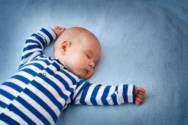 bé sơ sinh nằm ngủ