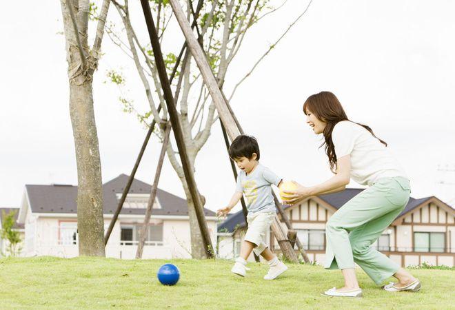 bé trai chơi đá banh với mẹ
