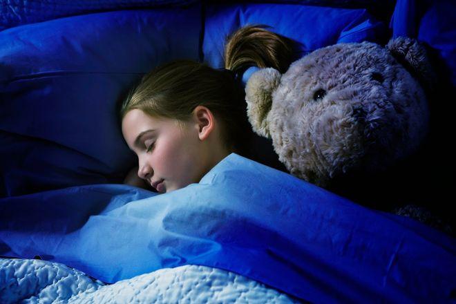 bé gái ngủ với gấu bông