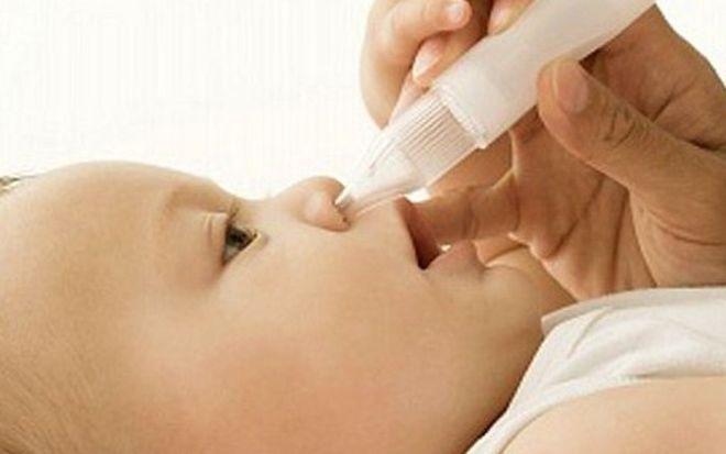 rửa mũi cho trẻ sơ sinh bị ho sổ mũi