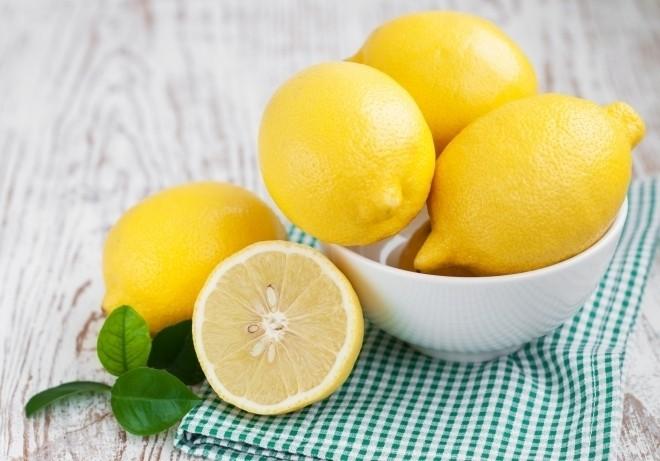 Vitamin C có trong chanh giúp hạn chế cho mẹ bầu những khó khăn về tiêu hóa