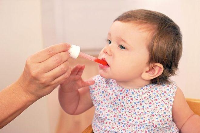 cho bé uống thuốc