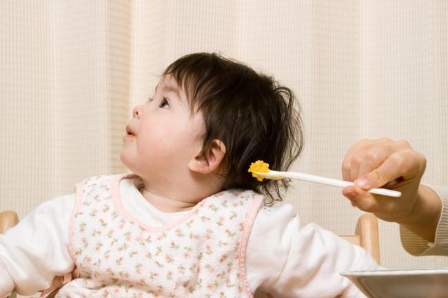 bé gái biếng ăn