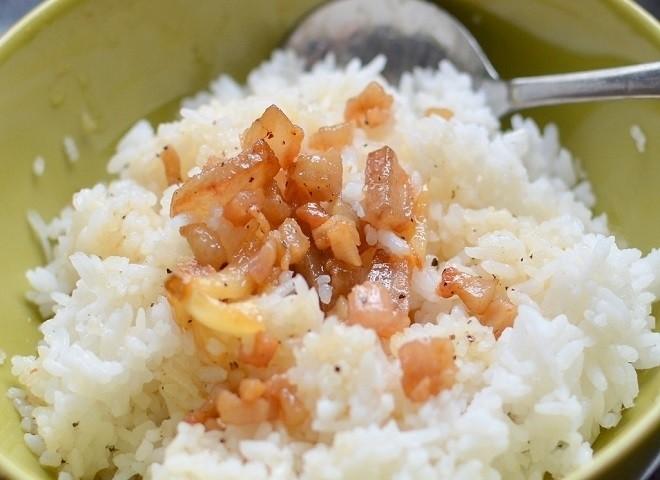 tóp mỡ chiên nước mắm ăn kèm với cơm trắng