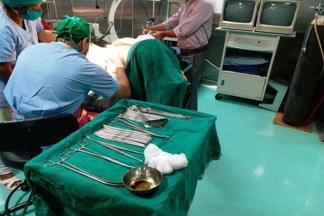 bác sĩ đang tiến hành nạo phá thai