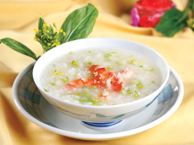 cháo tôm cải xanh là một trong những món ăn dặm phổ biến của bé dưới một tuổi