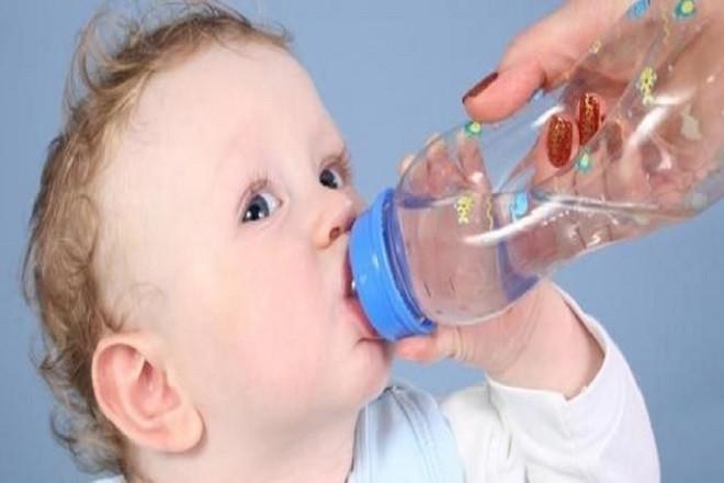 bổ sung nước cho trẻ sơ sinh bị khô môi