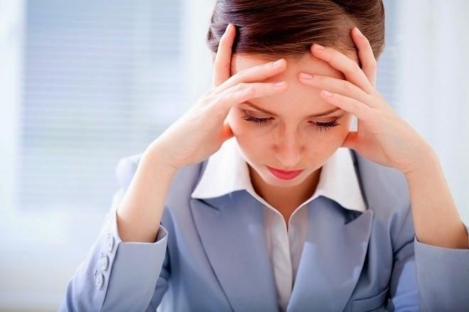phụ nữ đau đầu vì công việc