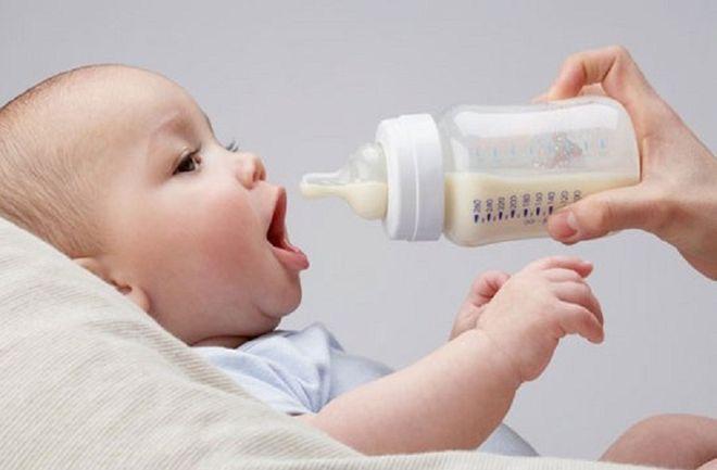 mẹ không nên cắt sữa khi cho bé ăn dặm