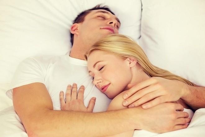 chồng ôm vợ ngủ