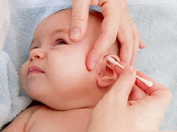 dùng tăm bông vệ sinh tai cho trẻ