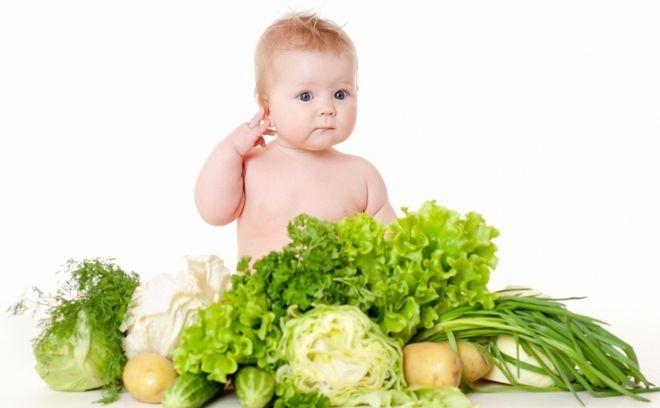 bé ngồi giữa rau củ