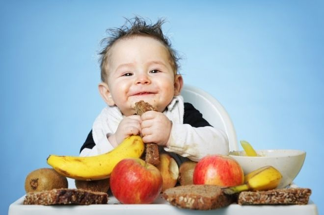 bé ăn trái cây