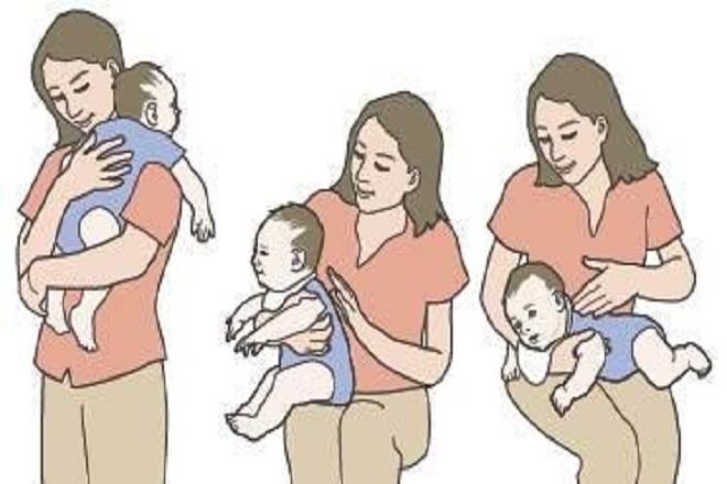 thực hiện thao tác trong cách ợ hơi cho trẻ sơ sinh