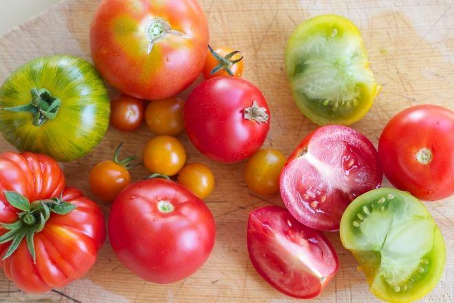nhiều cà chua trên sàn nhà