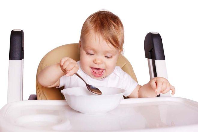 bé tự cầm muỗng ăn