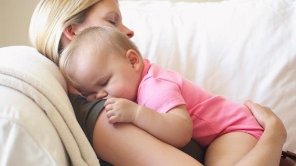 mẹ bế bé trên tay