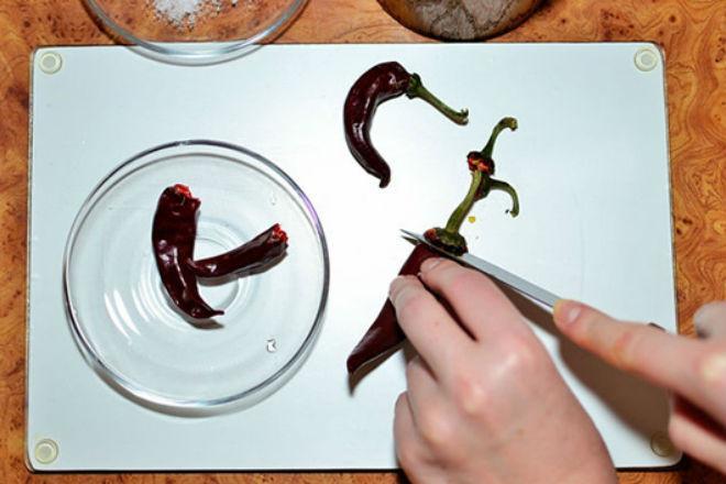 cắt bỏ cuống ớt