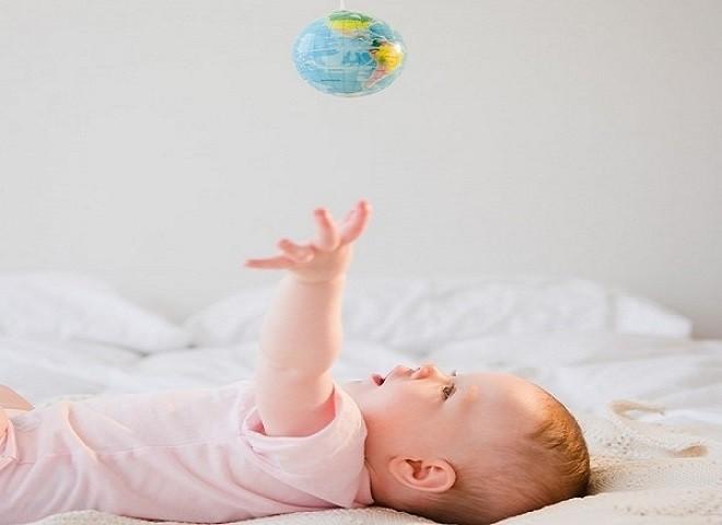 bé chơi với quả cầu