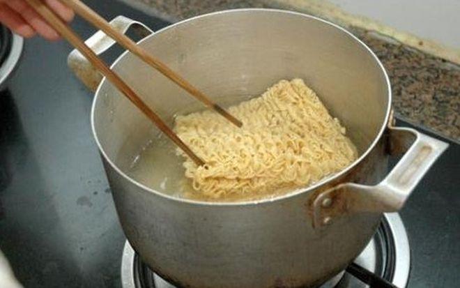 Chần mì qua nước sôi trước khi nấu