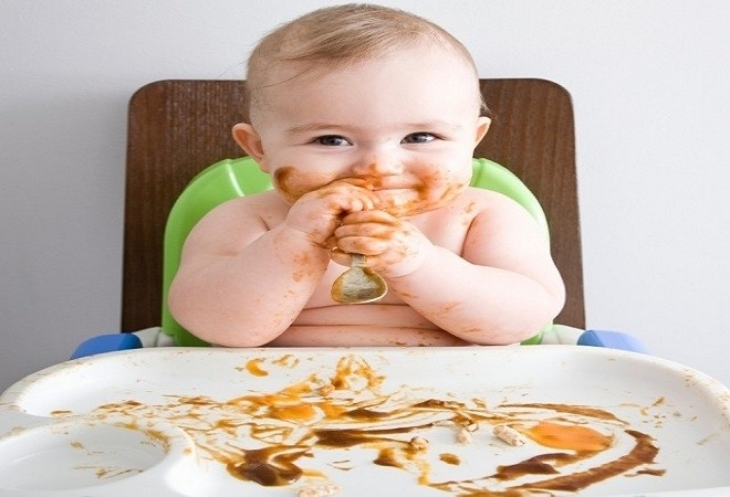 bé bị dính đồ ăn trên mặt
