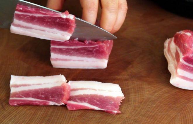 thịt heo rửa sạch, thái lát mỏng