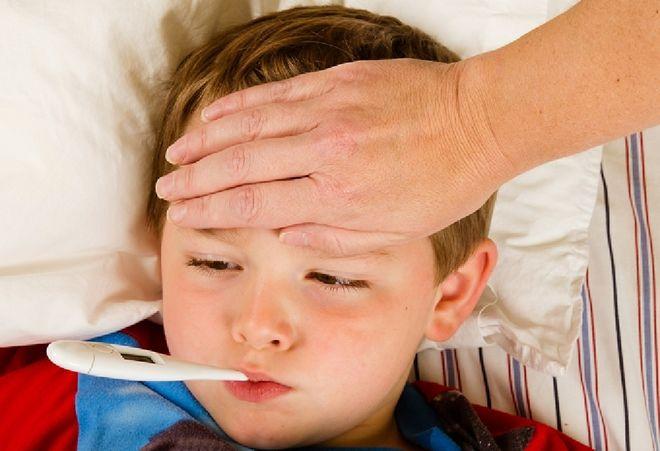 trẻ bị sốt phải cặp nhiệ độ