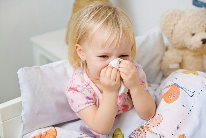 bé gái lấy khăn giấy lau mũi