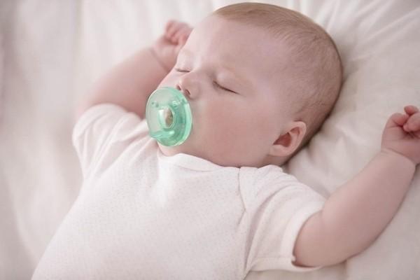 bé đang ngủ ngậm núm vú giả
