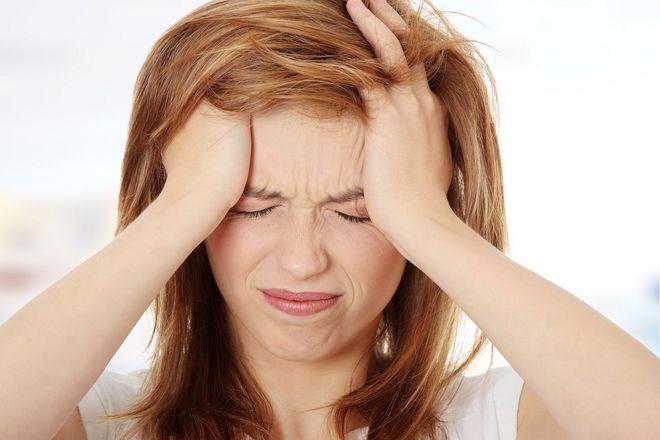 phụ nữ đau đầu