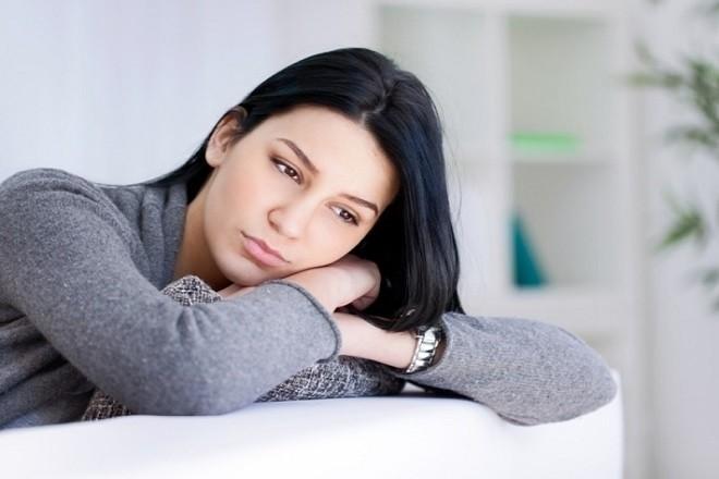phụ nữ lo lắng với quyết định phá thai bằng thuốc