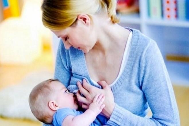 cho trẻ sơ sinh 4 tuần tuổi bú mẹ
