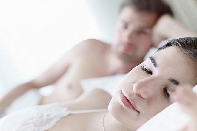 vợ chồng nằm ngủ