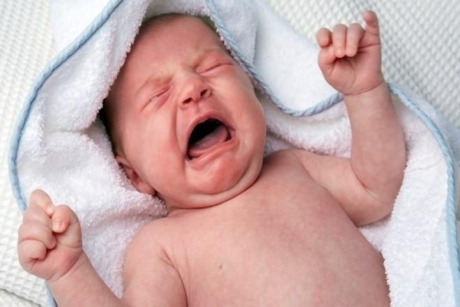 trẻ sơ sinh bị nóng trong người quấy khóc