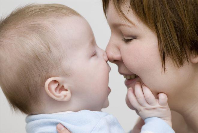 mẹ đưa mũi mình sát mũi bé