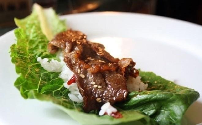 Thịt bò nướng ăn kiểu Hàn ăn cùng cơm và rau sống