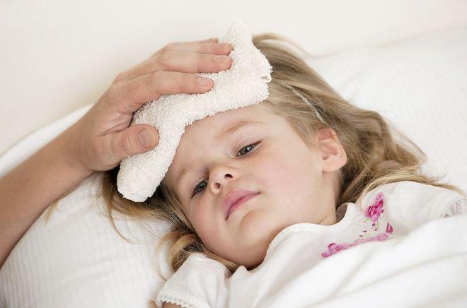 chườm khăn ấm hạ sốt cho trẻ