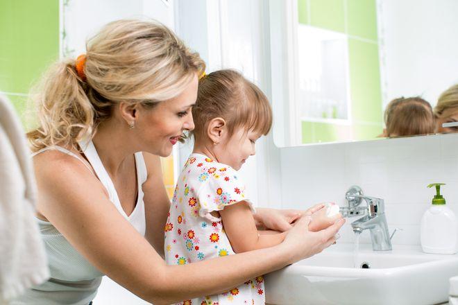 mẹ tập cho bé gái rửa tay