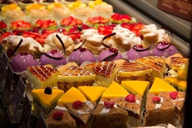 những chiếc bánh ngọt nhiều màu sắc luôn hấp dẫn bé