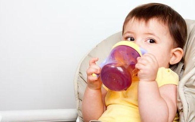 cho bé sốt tay chân lạnh uống nhiều nước