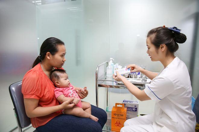 chuẩn bị tiêm vắc xin cho bé