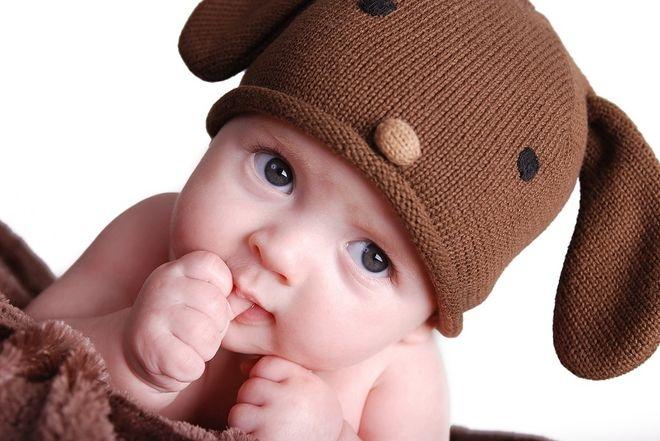mút tay là dấu hiệu chứng tỏ bé đến tuổi ăn dặm