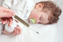 Trẻ sơ sinh bị sốt nhẹ có nên tắm không?