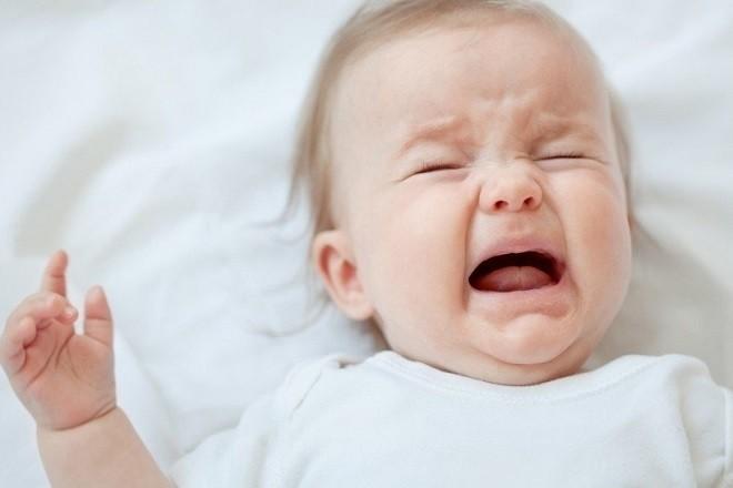 trẻ sơ sinh quấy khóc nhiều khi bị sốt