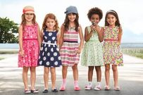 Cư xử đẹp nơi công cộng: 4 nguyên tắc vàng ba mẹ nên dạy con