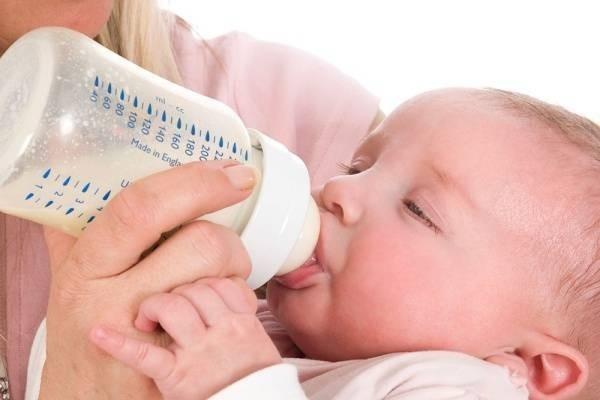 Kết quả hình ảnh cho cho trẻ bú bình
