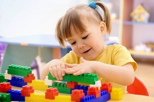 16878-girl-playing-with-blocks.jpg