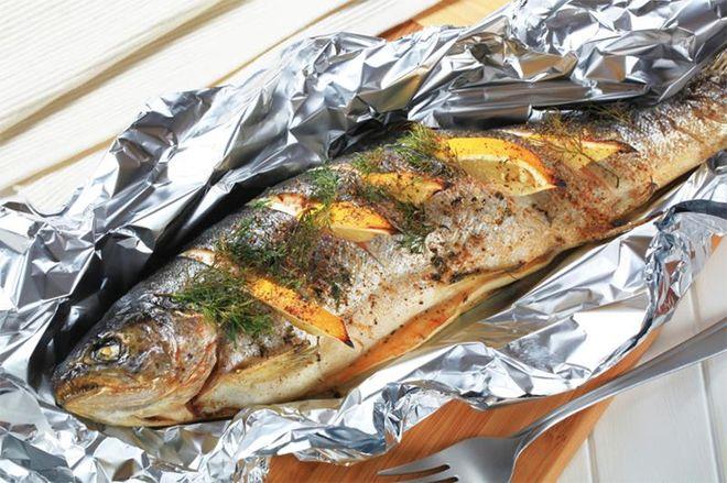 cá nướng trong giấy bạc vàng tươi và có màu đẹp mắt